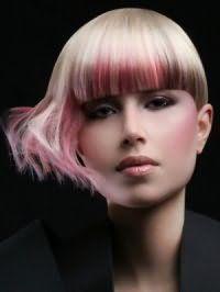 Асимметричная стрижка с челкой с платиновым цветом волос в тандеме с колорированными прядками розового и бордового цвета великолепно дополняется вечерним макияжем в розовых тонах