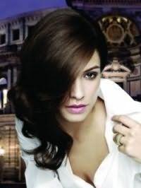 Каштановый цвет волос отлично смотрится на длинных волосах, уложенных в крупные локоны, и гармонирует с макияжем смоки айс для карих глаз и помадой нежного розового цвета