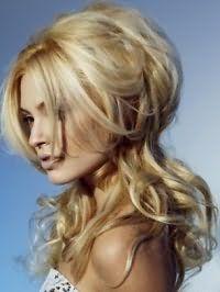 Длинные волосы, уложенные в роскошные локоны с дополнительным объемом, хорошо подчеркнет цвет волос золотистый блонд и дневной макияж в естественных оттенках