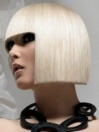 Цвет волос платиновый блонд на стрижке прямое каре с челкой создаст великолепный вечерний образ в тандеме с макияжем смоки айс, подчеркнутым светлым оттенком помады