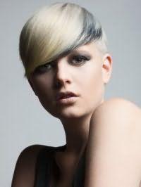 Отличным дополнением для макияжа глаз в серых тонах являются румяна персикового оттенка, розовая помада и цвет волос золотистый блонд с темно-серым колорированием на короткой стрижке с удлиненной челкой