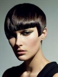 Стильный вечерний образ в виде органичного сочетания макияжа глаз в оливковых тонах, помады и румян естественного оттенка и короткой стрижки с каштановым цветом волос и прямой челкой