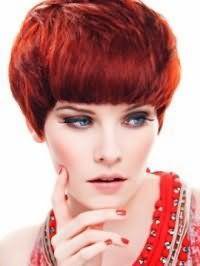 Вечерний макияж в черно-голубых тонах с акцентом на глазах подойдёт обладательницам коротких густых волос огненно-рыжего оттенка, уложенных с помощью лака сильной фиксации