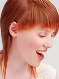 Легкий дневной макияж в натуральных тонах будет прекрасным дополнением средним волосам огненно-рыжего оттенка со стрижкой лесенка и прямой челкой длиной до линии бровей