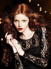 Стильный макияж на каждый день с акцентом на губы будет гармонично смотреться с укладкой длинных волос рыжего цвета в крупные локоны