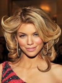 Легкий макияж в розовых тонах гармонично дополняет пшеничный цвет волос на стрижке каскад для средней длины, уложенной в крупные локоны, и является подходящим вариантом для девушек с теплым цветотипом внешности