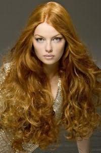 Модный дневной макияж в нежно-персиковых оттенках изумительно дополнит образ в сочетании с длинными локонами светло-рыжего оттенка