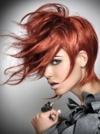 Креативный образ на каждый день в виде гармоничного тандема дневного макияжа в светлых оттенках и асимметричной прически на волосах огненно-рыжего цвета с удлиненной челкой