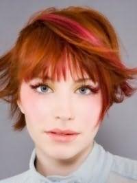 Красивый дневной макияж в золотисто-зеленых тонах хорошо сочетается с короткой стрижкой на рыжих волосах с мелированными прядками розового цвета