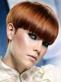 Стрижка боб на коротких рыжих волосах с густой прямой челкой идеально будет смотреться с вечерним макияжем в серо-голубых тонах