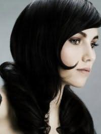 Черный цвет волос создает великолепный романтичный образ для девушек с холодным типом внешности, на прическе с укладкой в виде локонов на концах и легким макияжем коричневых оттенках