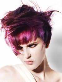 Окрашивание волос в цвет фуксии поможет создать креативный образ в сочетании с колорированием розового и сиреневого оттенка, и макияжем глаз, выделенных черной подводкой, а также с помадой натурального тона