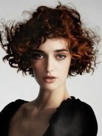 Короткие волосы медного цвета прекрасно смотрится в сочетании с карими глазами, выделенными тонкими черными стрелками, и светлой кожей