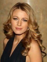 Длинные волосы золотисто-русого цвета с укладкой в виде средних локонов гармонично дополнят образ в сочетании с дневным макияжем в коричнево-золотистых тонах для обладательниц голубых глаз