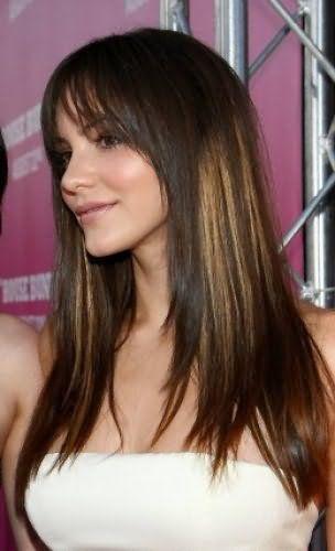 Каштановый цвет волос с крупными мелированными прядями отлично сочетается со стрижкой лесенкой длиной ниже плеч с прореженной челкой и легким дневным макияжем в персиковых тонах