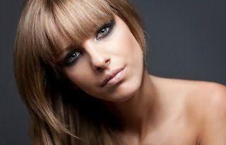 Каскад на русых волосах с челкой и мелированием создает роскошную комбинацию с глазами, подведенными в стиле смоки айс, румянами персикового цвета и макияжем губ в натуральных оттенках