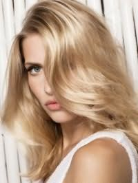 Стрижка лесенка с дополнительным объемом на средние волосы идеально подойдет для блондинок и будет гармонировать с глазами голубого цвета