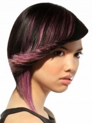 Асимметричная короткая стрижка для брюнетки с мелированием в серо-розовых тонах станет идеальным дополнением легкого макияжа, состоящего из черной туши, розовых румян и блеска для губ натурального цвета