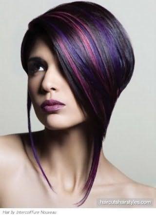 Короткая асимметричная стрижка с удлиненными прядями хорошо смотрится в сочетании с мелированием в фиолетовых и розовых тонах и гармонирует с глазами, подведенными в стиле смоки айс и помадой светло-бордового тона