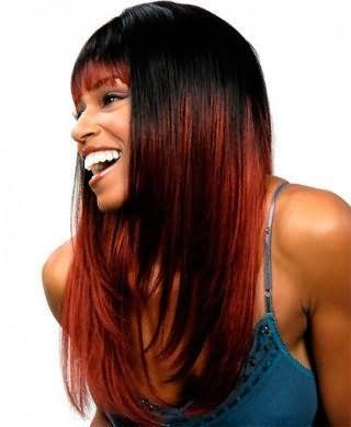 Для девушек с теплым цветотипом внешности идеальным клубным вариантом является сочетание стрижки лесенка с прямой челкой и мелированием бордового оттенка в тандеме с макияжем в коричневых и серых тонах