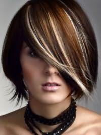 Элегантное каре на темно-русых волосах с удлиненной челкой гармонирует с мелированием в тонкие светлые прядки и макияжем в стиле смоки айс, а также с помадой натурального оттенка