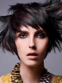 Креативный образ можно поучить, дополнив короткую рваную стрижку с черным цветом волос и челкой колорированием бордового оттенка, насыщенным макияжем глаз в черных и серых тонах и помадой естественного тона