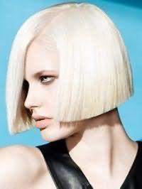 Идеальным вариантом для девушек с голубыми глазами, выделенными черными тенями, является помада натурального оттенка и креативное прямое каре с цветом волос платиновый блонд