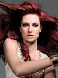 Насыщенный бордовый цвет волос на длинных локонах идеально подходит девушкам с серо-зеленым цветом глаз, выделенных черной подводкой, и сочетается с натуральным макияжем губ