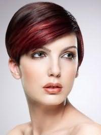 Короткая стрижка на прямые волосы цвета каштан отлично выглядит в сочетании с колорированием красного оттенка и гармонирует с тонкой подводкой глаз, румянами персикового цвета и помадой нежного терракотового тона