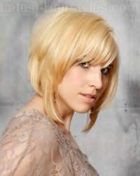 Стильная стрижка двойное каре с челкой для блондинки с волосами средней длины