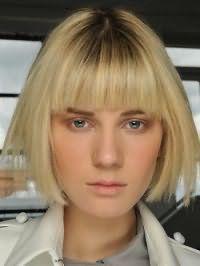 Идея стрижки каре с прямой челкой для светлых волос и вытянутого типа лица
