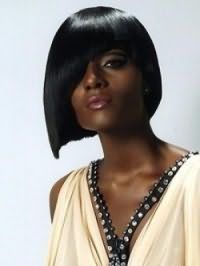 Асимметричная стрижка каре с косой челкой для прямых волос черного цвета
