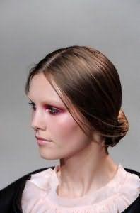 Красивая прическа пучок для тонких волос каштанового оттенка