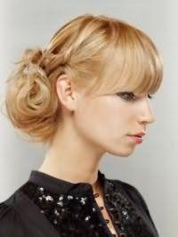 Идея прически небрежный пучок для светлых длинных волос, дополненных прямой челкой