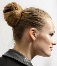 Стильная прическа в виде пучка на средние волосы русого оттенка
