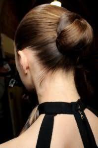 Элегантный вариант прически пучок из волос для средних локонов каштанового цвета