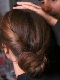 Оригинальный пучок из волос для каштановых длинных локонов