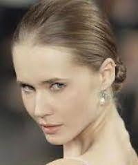 Ультрамодная прическа низкий пучок для длинных волос русого тона