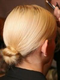Элегантный низкий пучок из волос для светлых локонов средней длины
