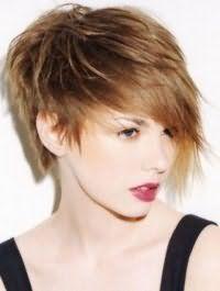 Помада насыщенного бордового оттенка сочетается с естественным макияжем глаз и дополняется русым цветом волос на креативной асимметричной стрижке с удлиненной челкой