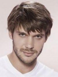 Русый цвет волос на короткой рваной стрижке с челкой хорошо гармонирует с глазами серо-зеленого оттенка и вписывается в повседневный образ стильного мужчины