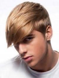 Модный молодежный стиль поможет создать мужская стрижка с удлиненной челкой и коротко стрижеными боками, которая сочетается с волосами пшеничного оттенка и голубыми глазами