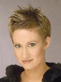 Стильная эмо стрижка на короткие волосы русого цвета дополняется естественным макияжем серо-зеленых глаз, блеском для губ светло-коричневого тона, и будет подходящим вариантом для теплого цветотипа внешности
