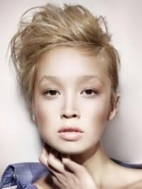 Короткая эмо стрижка на волосы русого цвета с оригинальным начесом гармонично дополнит образ в сочетании с дневным макияжем в гамме естественных оттенков для обладательниц карих глаз и светлого типа кожи