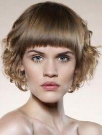 Волосы светло-русого оттенка великолепно выглядят на стрижке боб, уложенной в локоны, с прямой челкой, которая гармонирует с естественным макияжем для зеленых глаз и светлого типа кожи