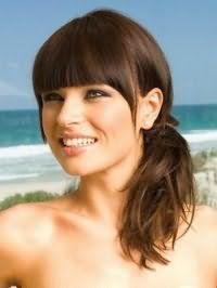 Великолепная стрижка для русого цвета на длинные волосы с челкой, уложенная в низкий пучок, станет отличным дополнением макияжа глаз в черных и серых тонах, который сочетается с розовым блеском для губ