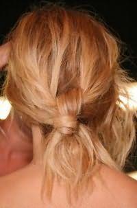 Небрежный пучок из волос для блондинки с локонами средней длины