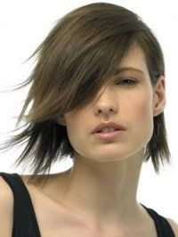 Креативная стрижка каре с челкой на бок для волос темно-русого цвета