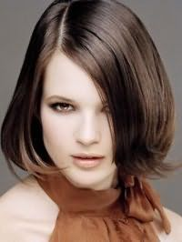 Повседневная укладка стрижки каре для средних волос каштанового цвета