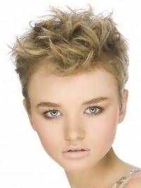Женская стрижка для коротких вьющихся волос пепельно-русого оттенка
